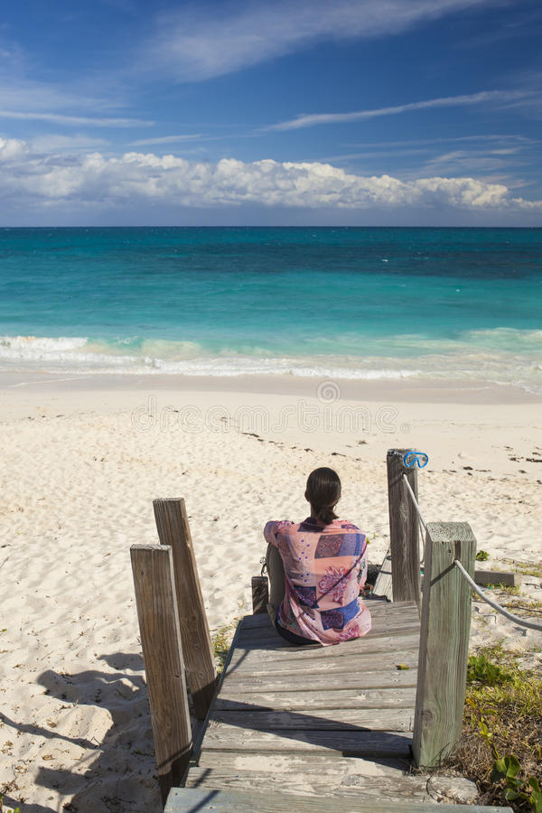 Женщина рассматривая тропический пляж стоковые фотографии rf