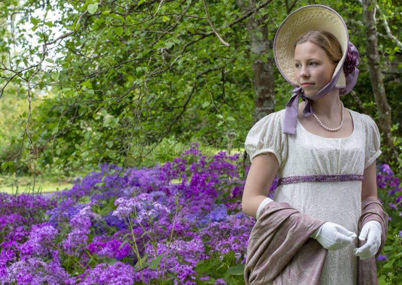 Женщина регентства в платье сливк, шали Пейсли и bonnet стоковое фото rf