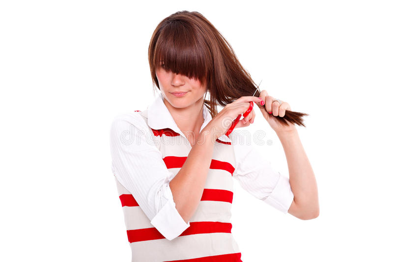 Женщина режа ее собственные волосы стоковые фотографии rf