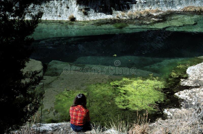 женщина реки банка сидя стоковые фотографии rf