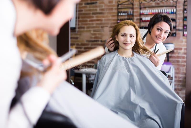 Женщина решает с мастером как отрезать волосы стоковые фотографии rf