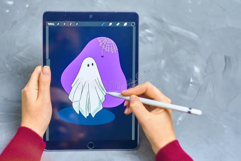 Женщина рисует на ipad стоковые изображения rf