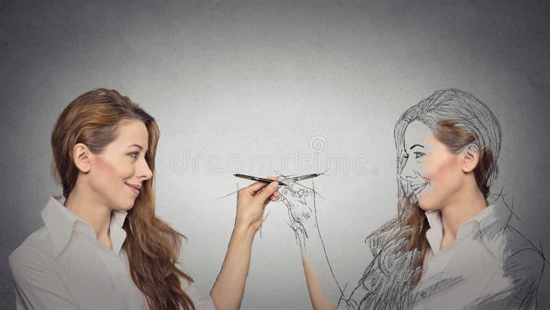 Женщина рисуя изображение, эскиз себя стоковое изображение rf