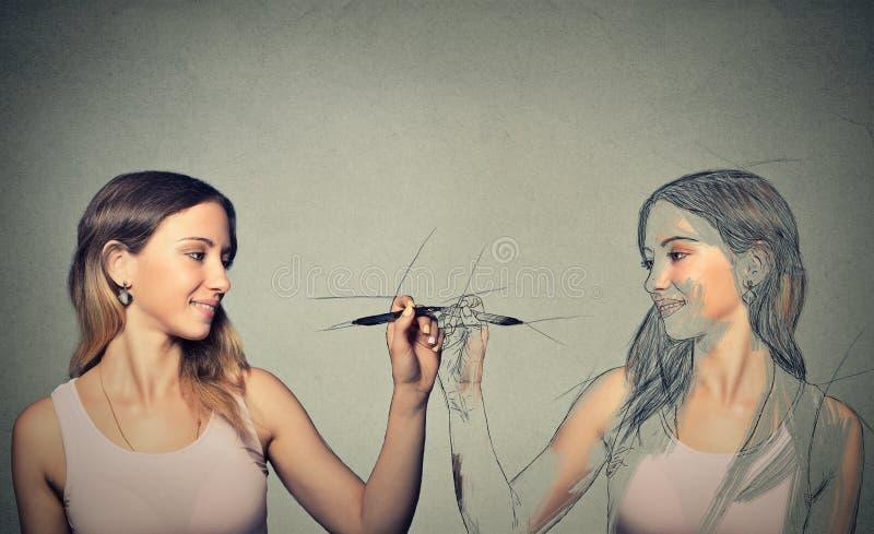 Женщина рисуя изображение, эскиз себя стоковая фотография rf