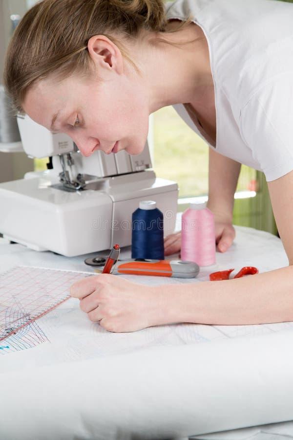 Женщина рисуя шить картину стоковое фото rf