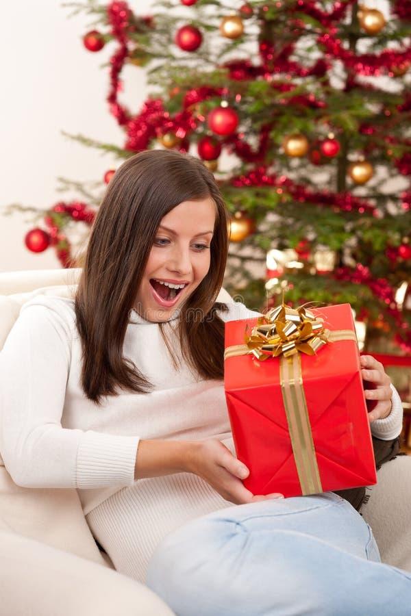 женщина рождества удивленная подарком стоковые фотографии rf