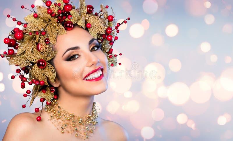 Женщина рождества - фотомодель с золотым и красным стилем причёсок стоковые фотографии rf