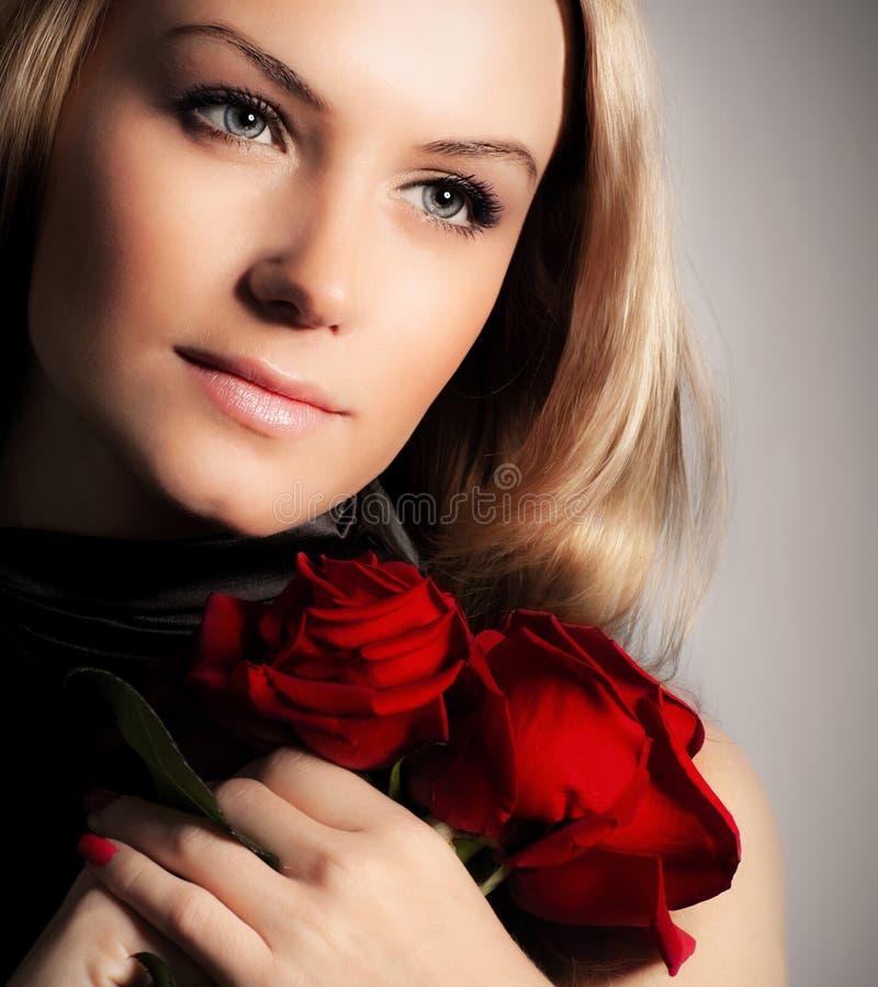 женщина роз удерживания цветка стильная стоковые фото