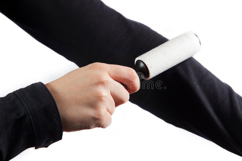 Download женщина ролика корпии пыли чистки Стоковое Фото - изображение насчитывающей рука, крен: 18392476