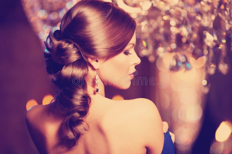 Женщина роскошной моды стильная в богатом интерьере Девушка w красоты стоковая фотография rf