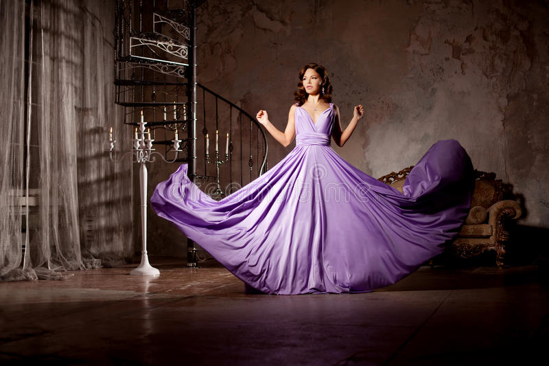 Женщина роскошной моды стильная в богатом интерьере Красивейшее gir стоковое изображение