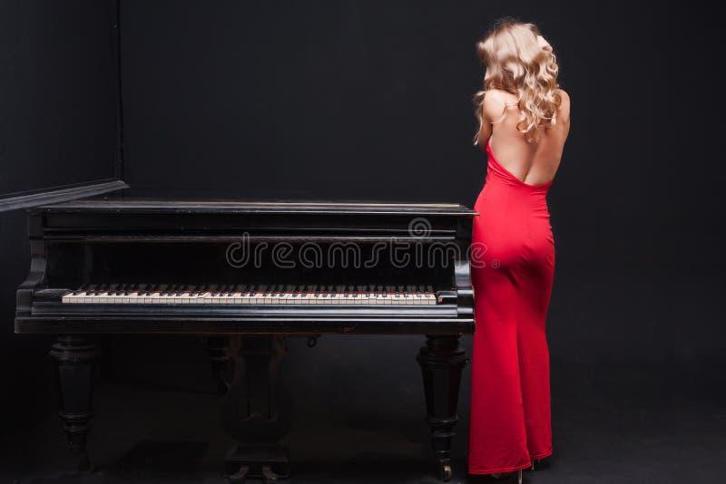 женщина рояля стоковые изображения rf
