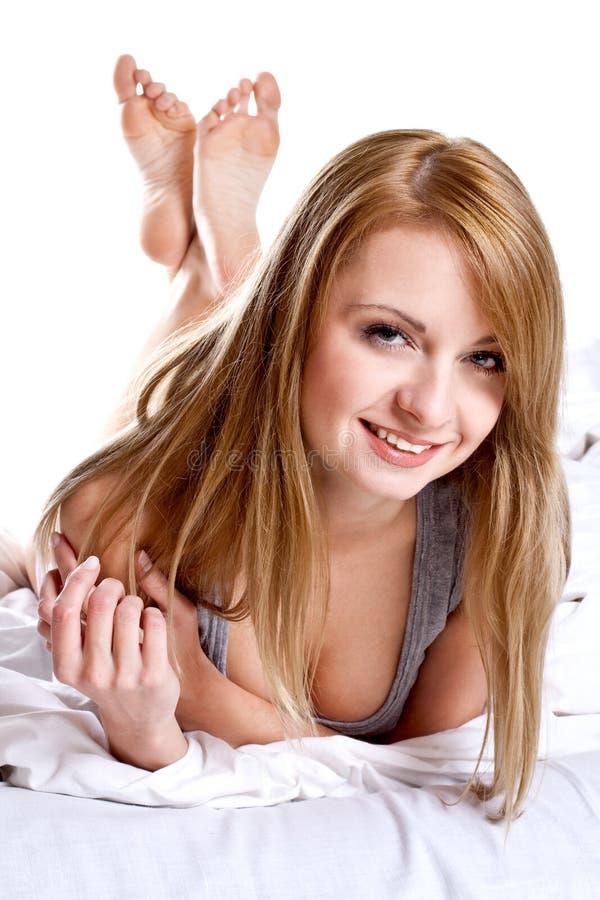 женщина рубашки кровати серая стоковые фотографии rf