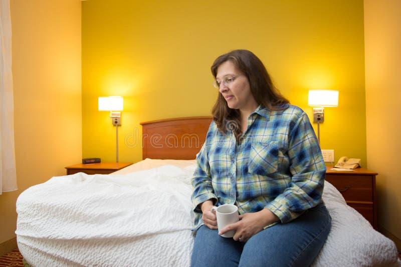 Женщина самостоятельно в гостиничном номере стоковые фотографии rf