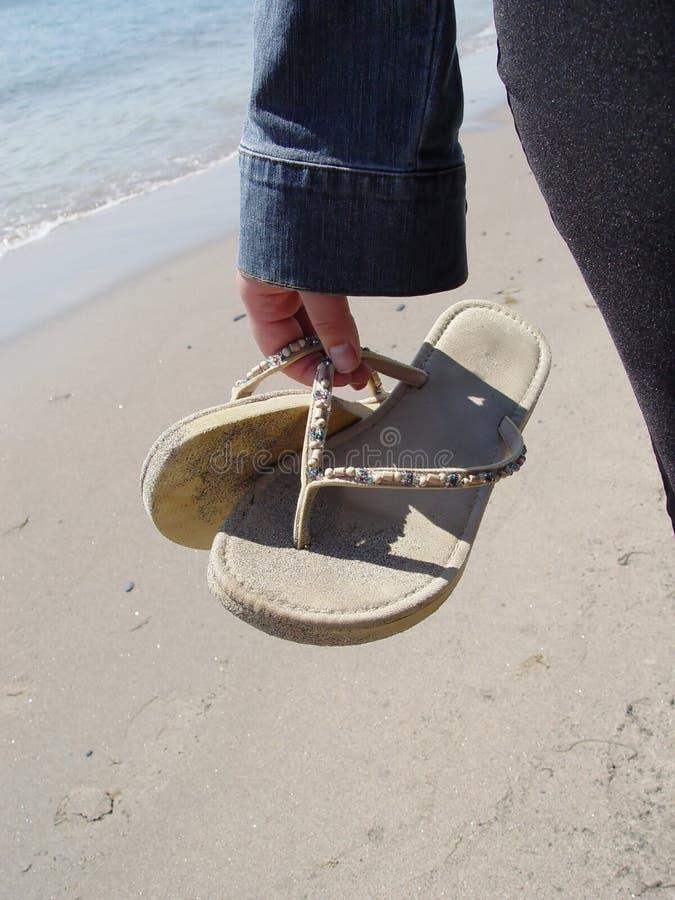 женщина сандалий удерживания стоковая фотография