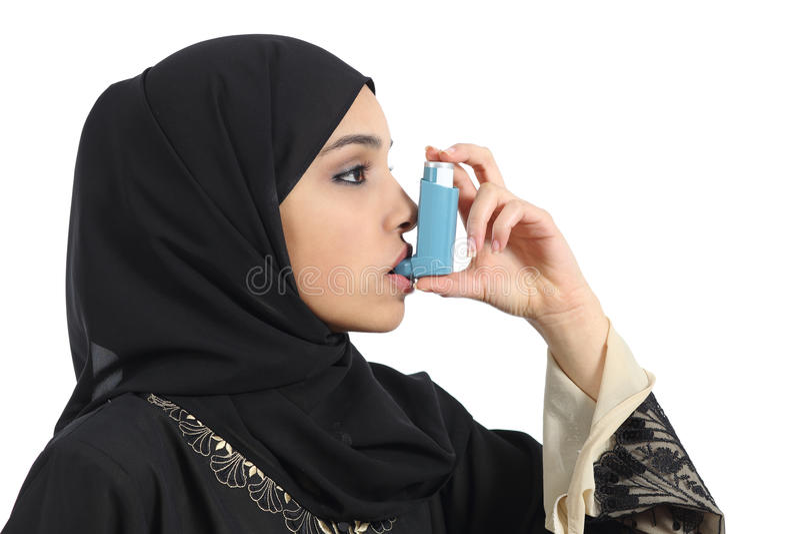 Женщина Саудовца дышая от ингалятора астмы стоковое фото