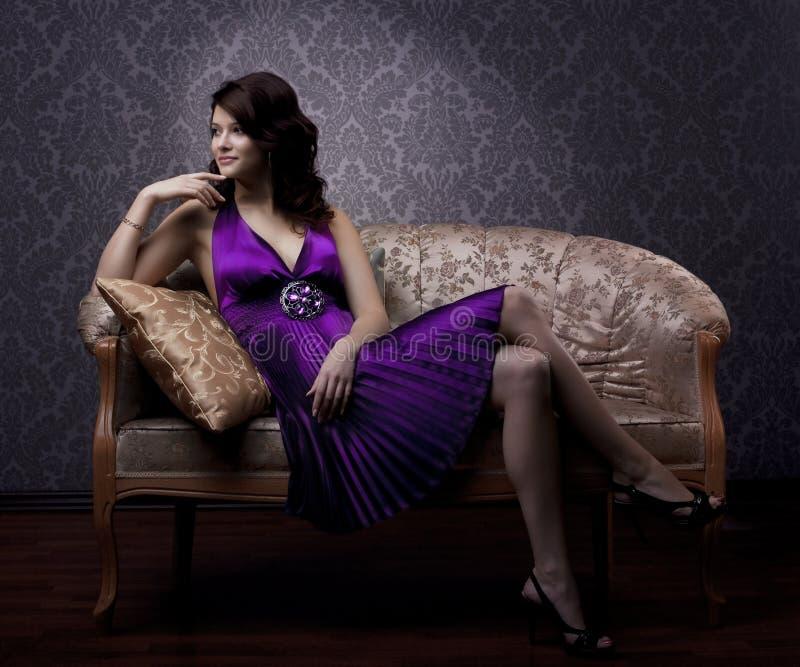 женщина сбора винограда золота кресла роскошная сидя стоковая фотография rf
