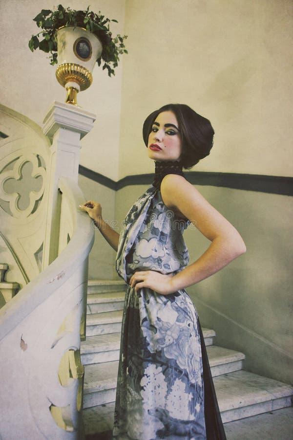 женщина сбора винограда лестниц платья шикарная длинняя стоковые изображения