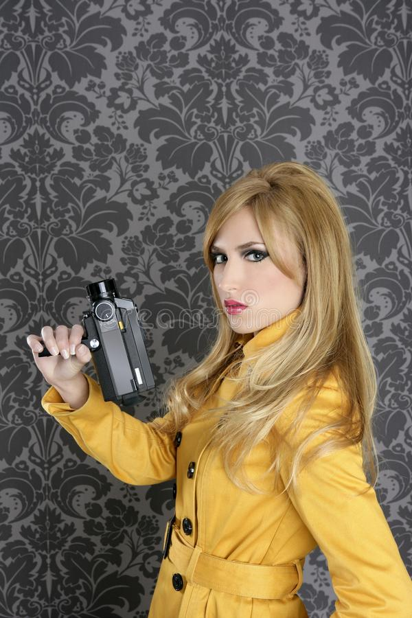 женщина сбора винограда репортера способа камеры 8mm супер стоковое фото rf