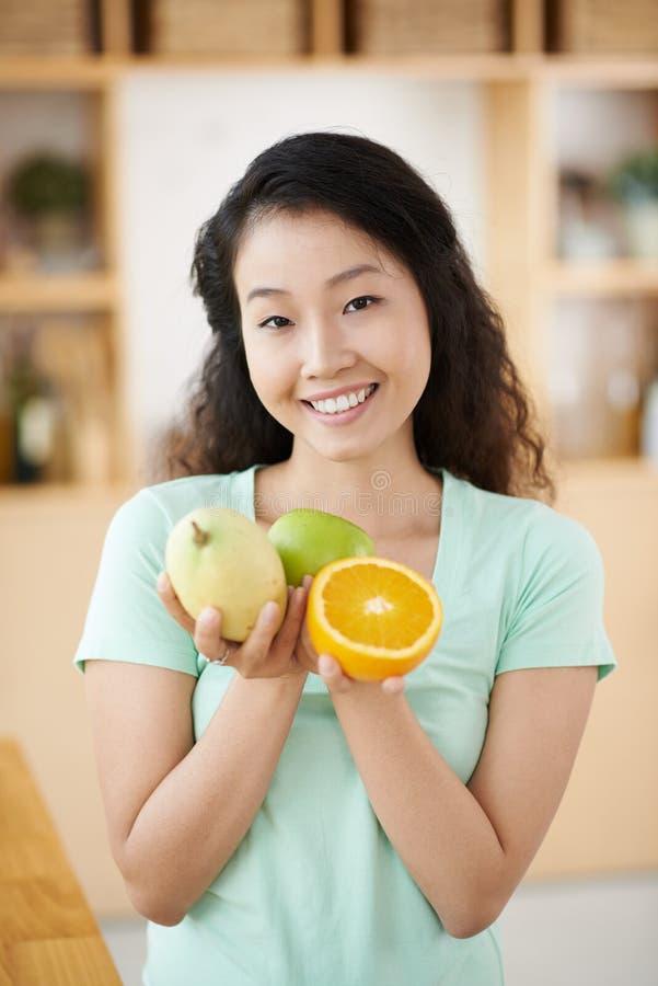 женщина свежих фруктов стоковое фото rf