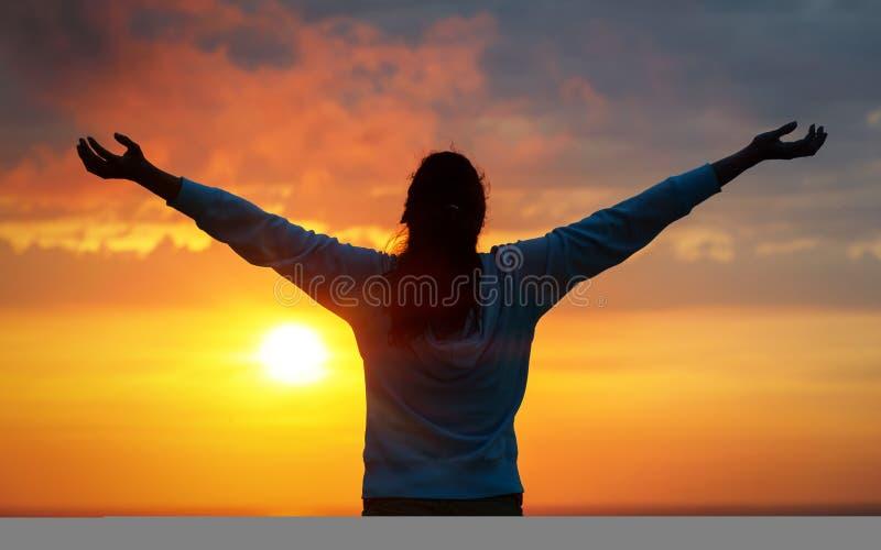 Женщина свободы на небе захода солнца стоковое изображение rf