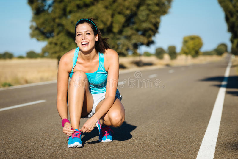Download Женщина связывая шнурки Sportshoes для бежать Стоковое Изображение - изображение насчитывающей активизма, шнуровка: 37928491