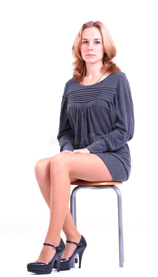 женщина серого цвета платья стоковое фото