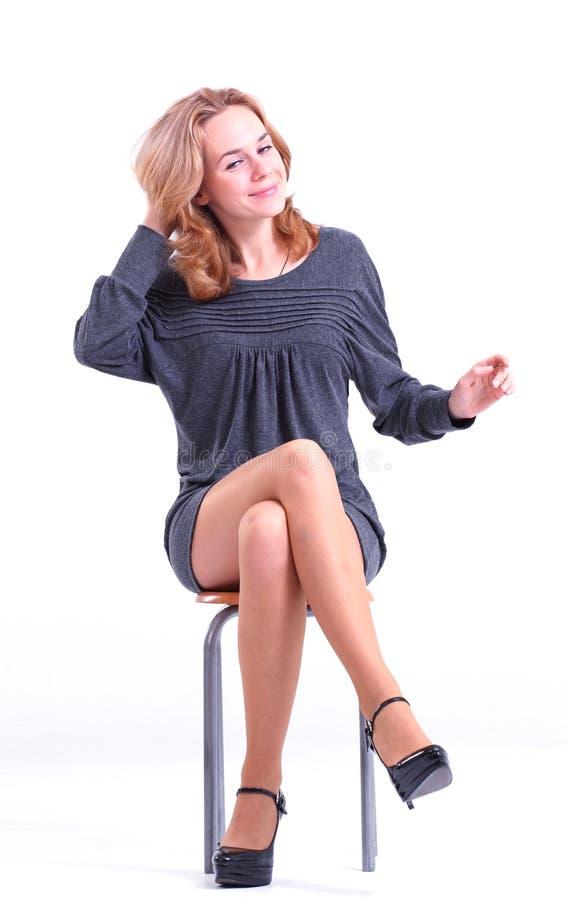 женщина серого цвета платья стоковые фото