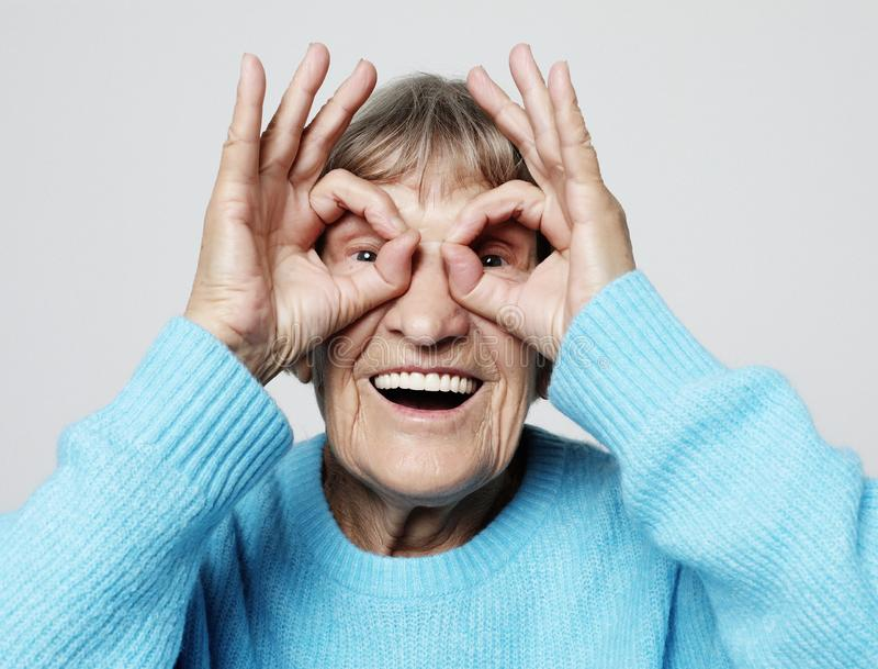 Женщина серого цвета с волосами старая славная красивая смеясь Изолировано над белой предпосылкой стоковое фото rf