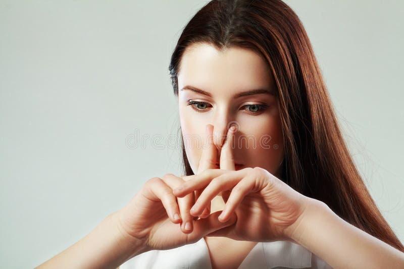 Женщина сжимает нос стоковые фотографии rf
