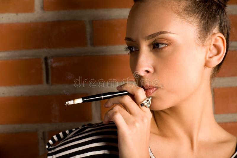женщина сигареты стоковое фото rf