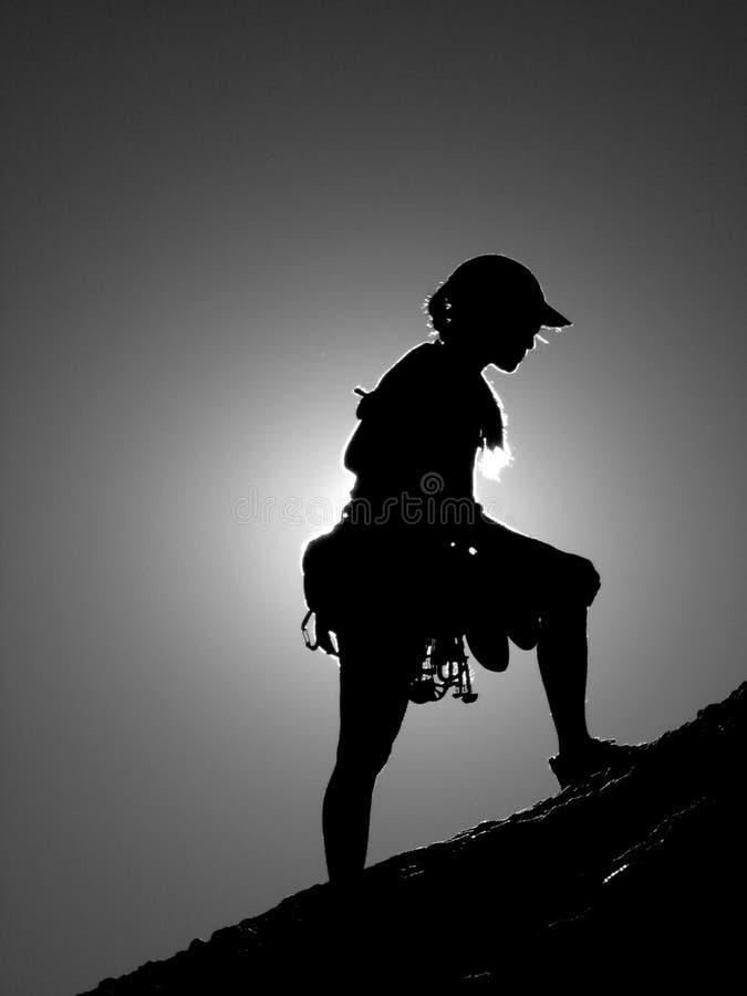 женщина силуэта альпиниста стоковое изображение rf