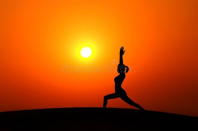 Женщина силуэта делая йогу стоковые изображения