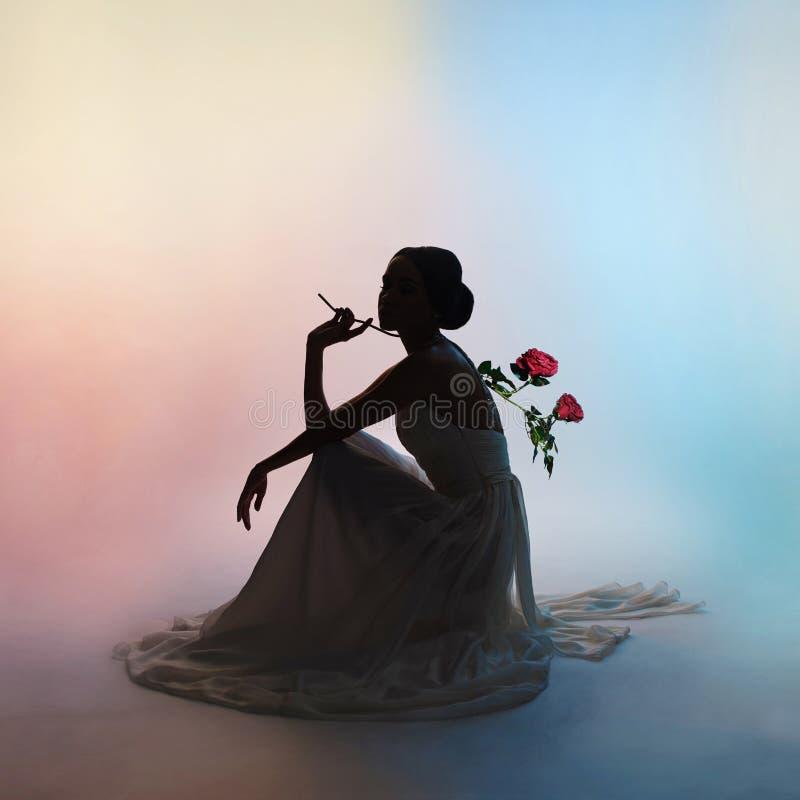 Женщина силуэта элегантная на предпосылке цветов стоковое изображение rf