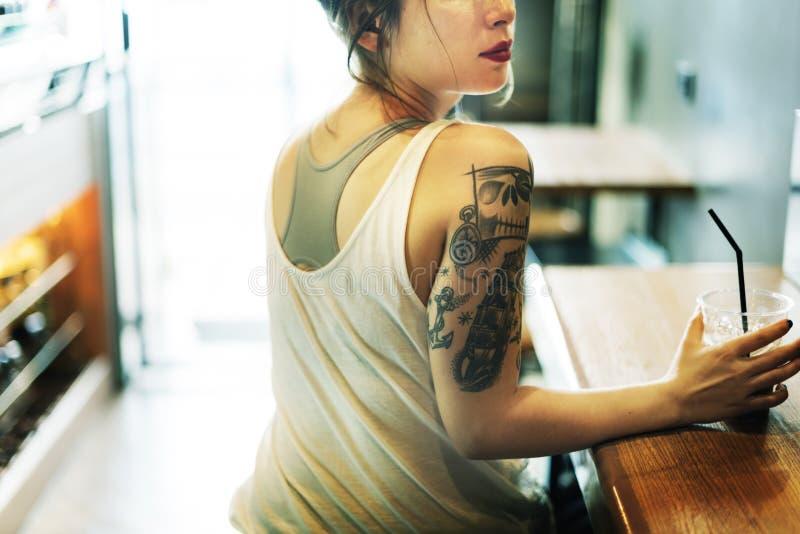 Женщина сидя концепция релаксации Coffeeshop стоковая фотография