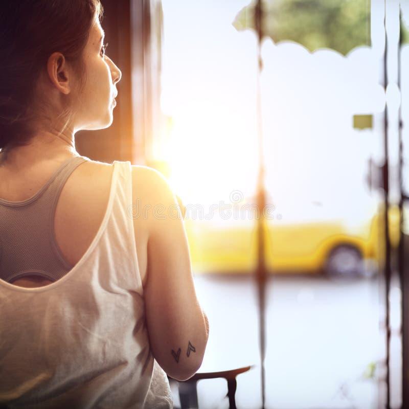 Женщина сидя концепция релаксации Coffeeshop стоковое изображение