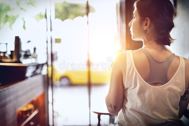 Женщина сидя концепция релаксации Coffeeshop стоковые изображения