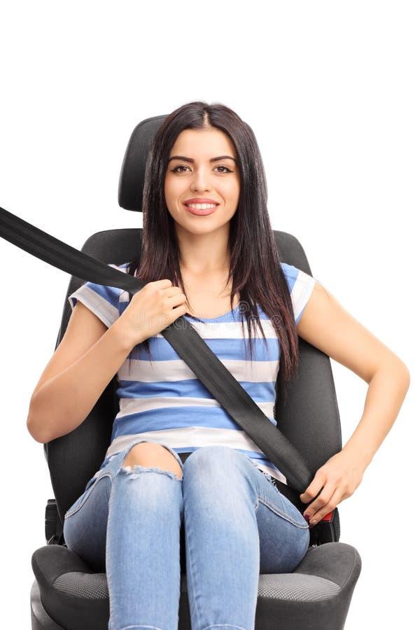 Женщина сидя на автокресле прикрепила с ременем безопасности стоковые изображения