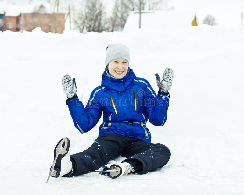 Женщина сидя на коньках льда. стоковое фото rf