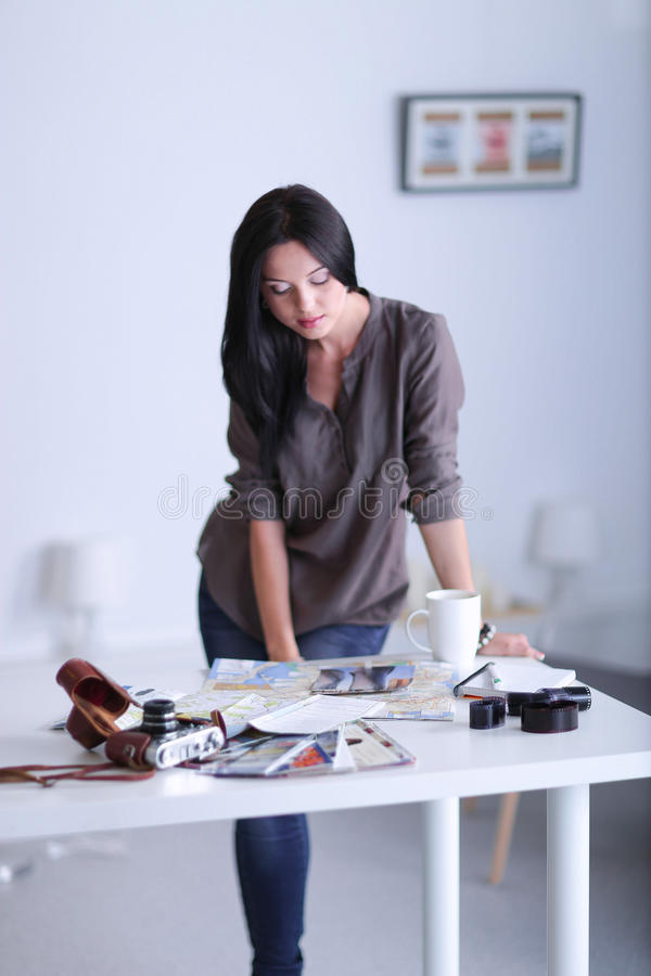Женщина сидя на софе в ее доме с камерой стоковое фото rf