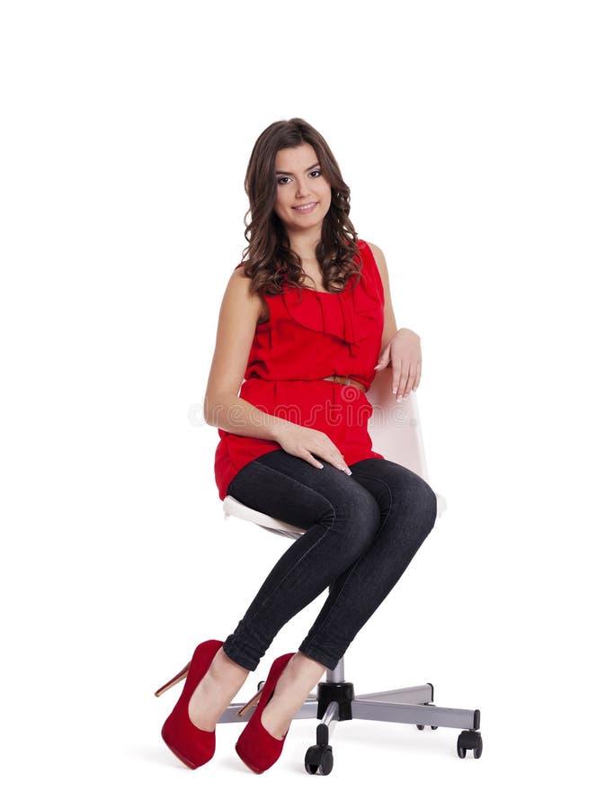Женщина сидя на стуле стоковое изображение rf