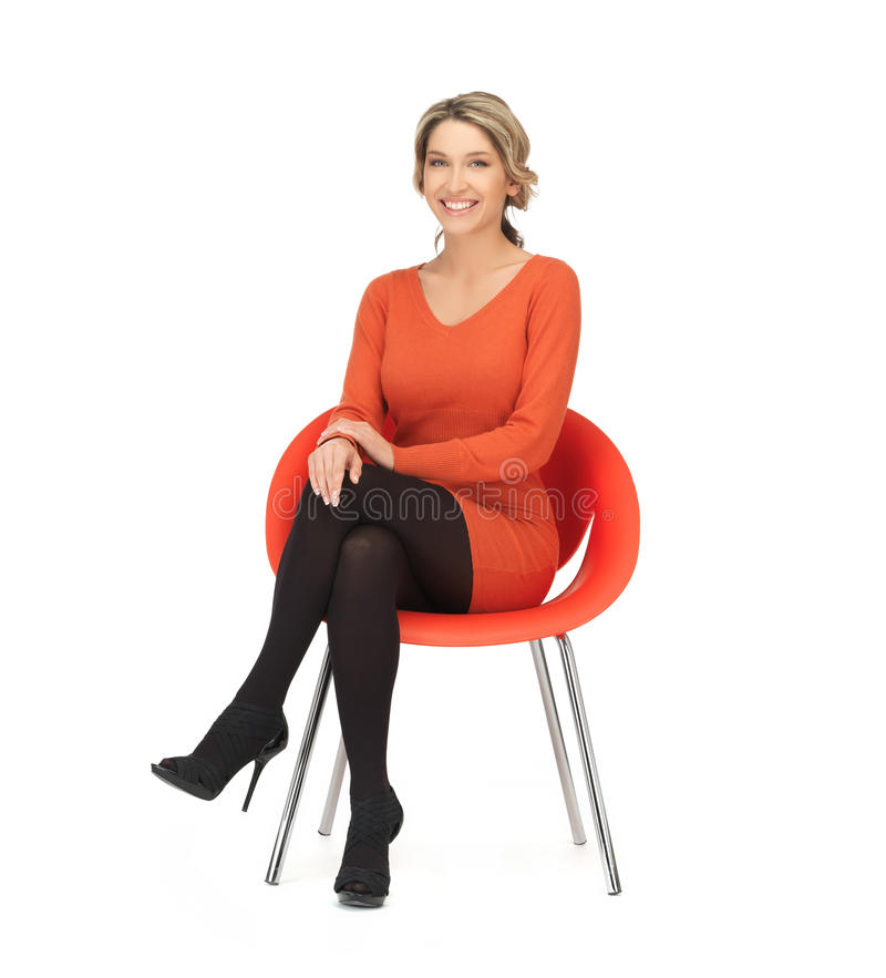 Женщина сидя на стуле стоковое фото