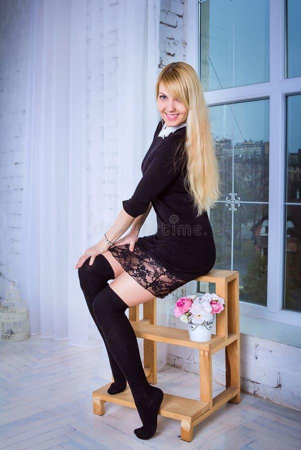 Женщина сидя на stepladder стоковое фото rf