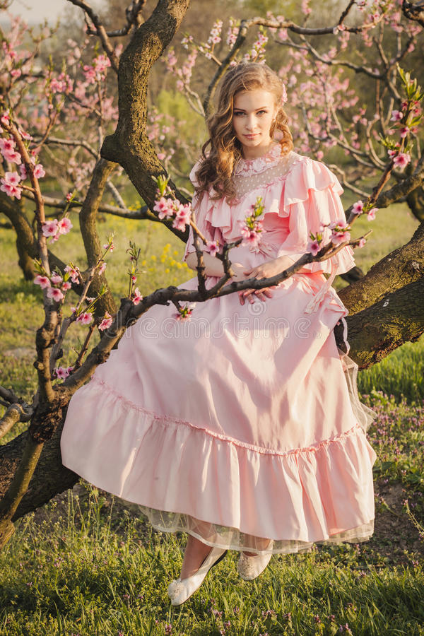 Женщина сказки на ветви дерева стоковая фотография