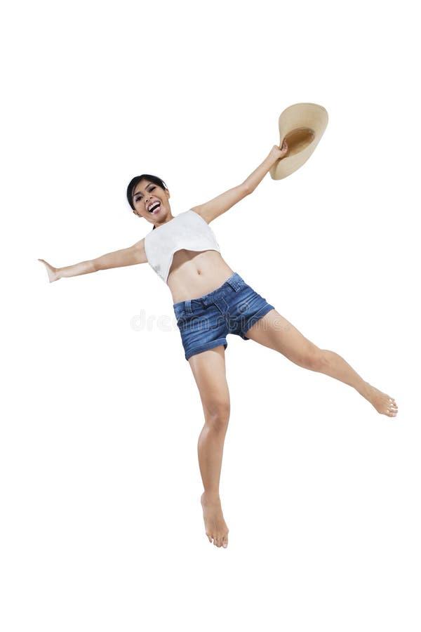 Женщина скача на летний день стоковая фотография