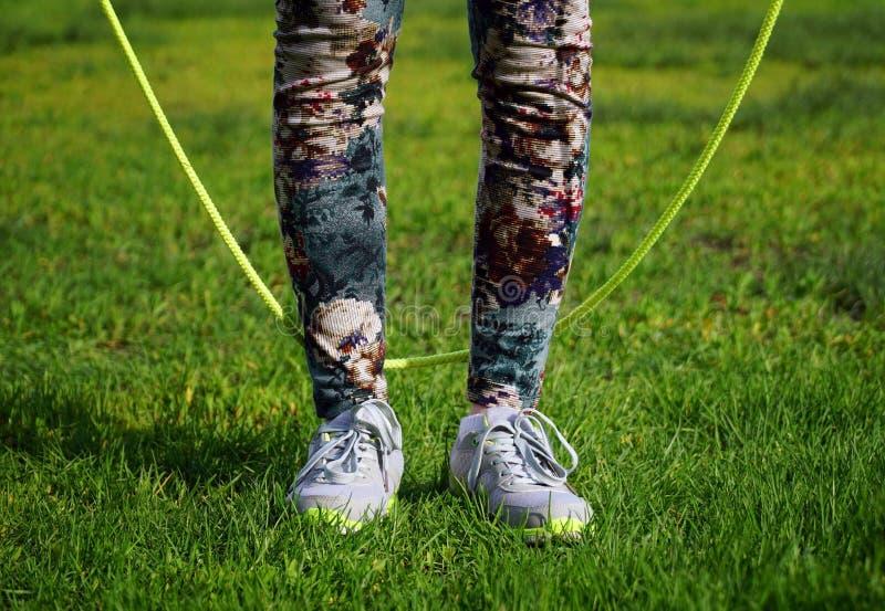 женщина скача на прыгая веревочку в парке стоковые фото