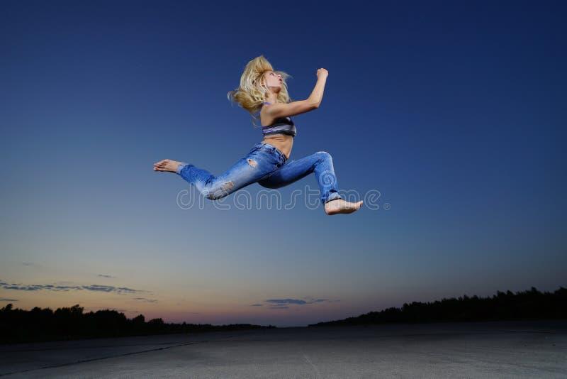 Женщина скачет на ночу стоковая фотография rf
