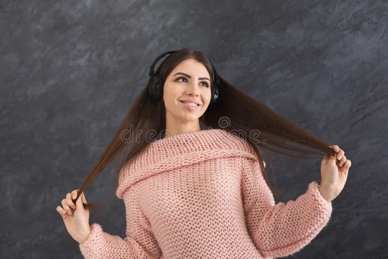 Женщина слушает к музыке в наушниках, съемке студии стоковые изображения rf