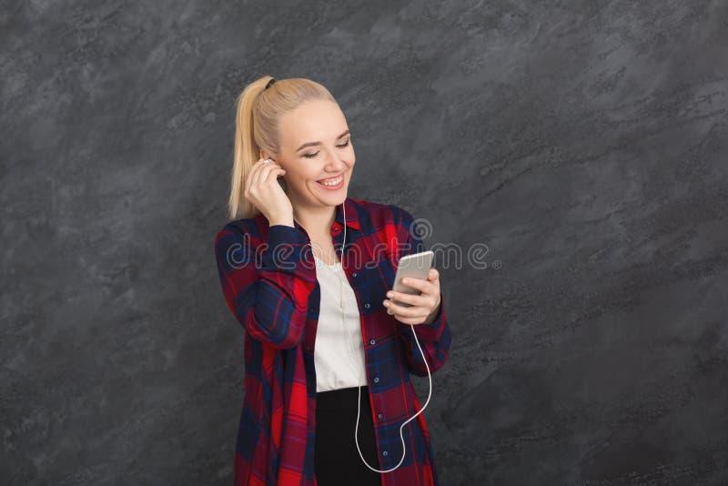 Женщина слушает к музыке в наушниках, съемке студии стоковые фото
