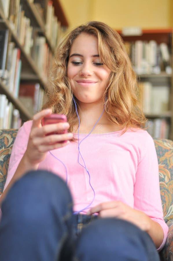 женщина слушает студент нот милый к стоковое фото rf
